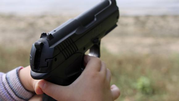 Niño de tres años fallece al manipular un arma durante su cumpleaños en Estados Unidos. (AFP).