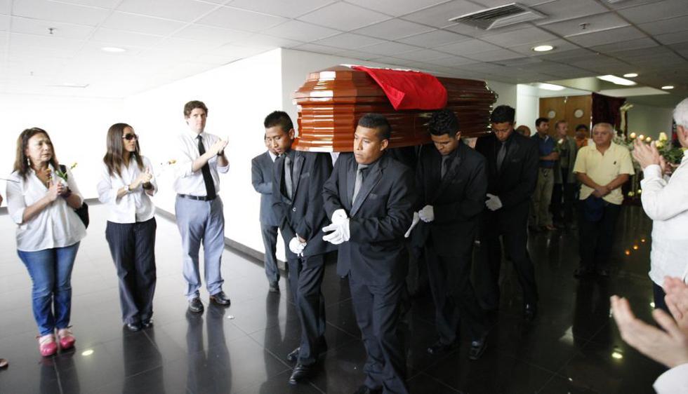 Amigos y familiares acudieron al velatorio en el Museo de la Nación. (Luis Gonzales/Perú21)