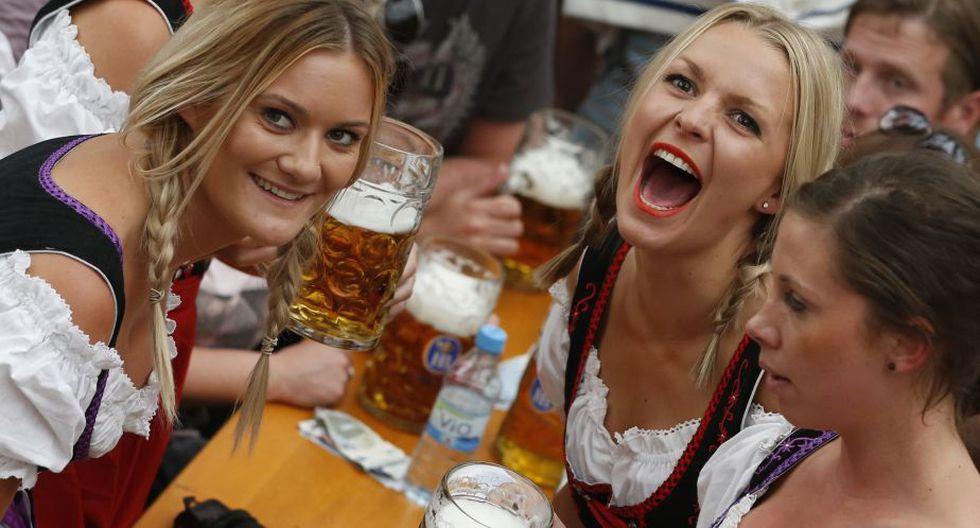 Las mujeres no se quedan atrás en el consumo de cerveza. (AP)