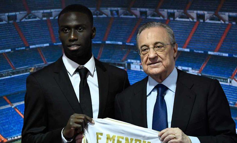 Ferland Mendy posa con la camiseta de Real Madrid en compañía de Florentino Pérez. (Foto: AFP)