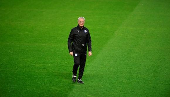 Claudio Ranieri se despidió uno a uno de los jugadores del Leicester. (AFP)