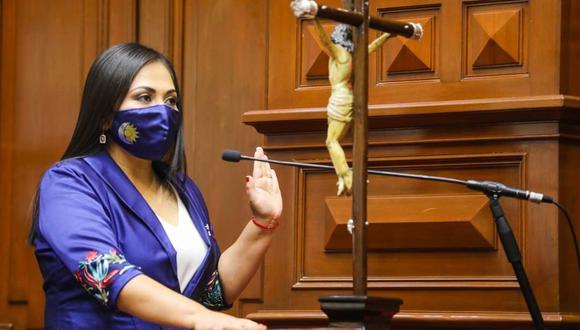 """""""[Castillo] nos dijo pues que lamentablemente [Julio Velarde] no había estabilizado la moneda"""", señaló Heidy Juárez. (Foto: Congreso)"""