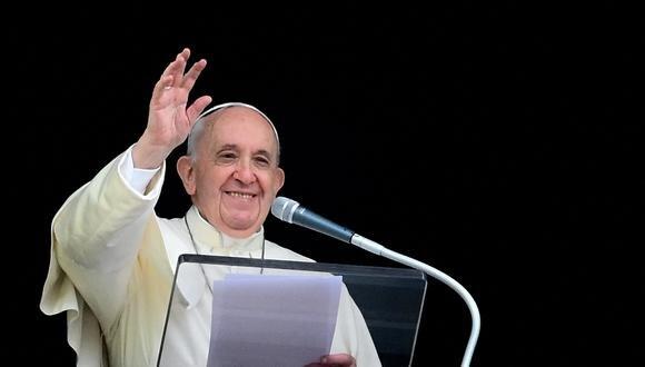 El Papa Francisco saluda con la mano mientras pronuncia la oración semanal del Ángelus desde la ventana del palacio apostólico con vista a la Plaza de San Pedro el 26 de septiembre de 2021 en el Vaticano. (Foto: Vincenzo PINTO / AFP)
