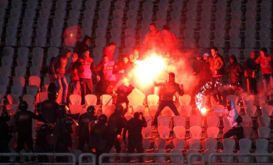 ARDE PORT SAID. La falta de policías en el estadio facilitó el enfrentamiento entre las hinchadas rivales. (AP)