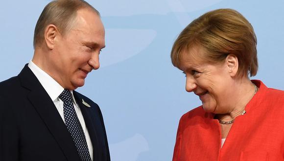 La canciller alemana, Angela Merkel y el presidente de Rusia, Vladimir Putin, durante cumbre del G20 en Hamburgo, en julio de 2017. Ambos líderes europeos se reunirán el sábado, en Moscú. (Foto: AFP/Archivo)