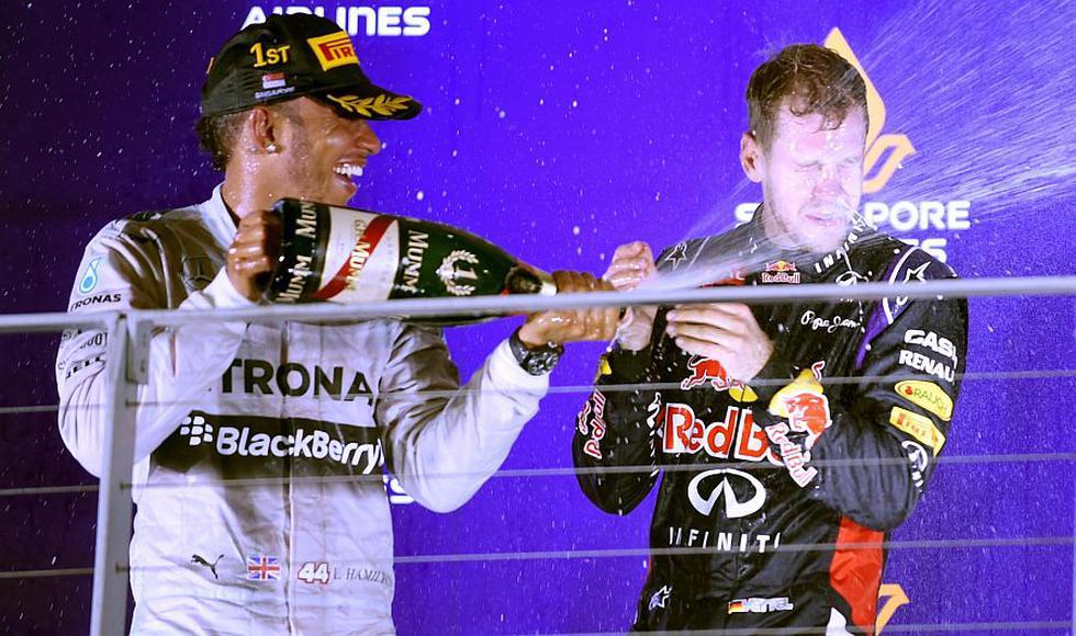 Lewis Hamilton bañó en champán a Sebastian Vettel, que quedó segundo. (AFP)