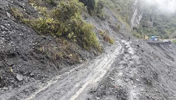 Carretera colapsó a consecuencia de las intensas lluvias que se registran en Sandia (Puno).