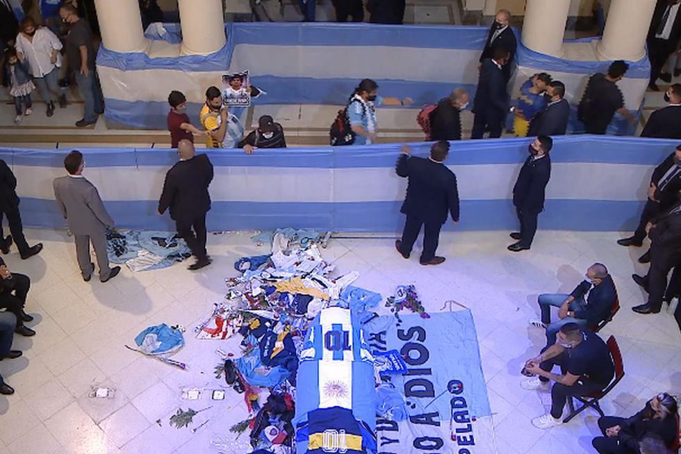 Argentinos rinden multitudinaria despedida a Maradona en Casa de Gobierno. (Captura de video/YouTube).