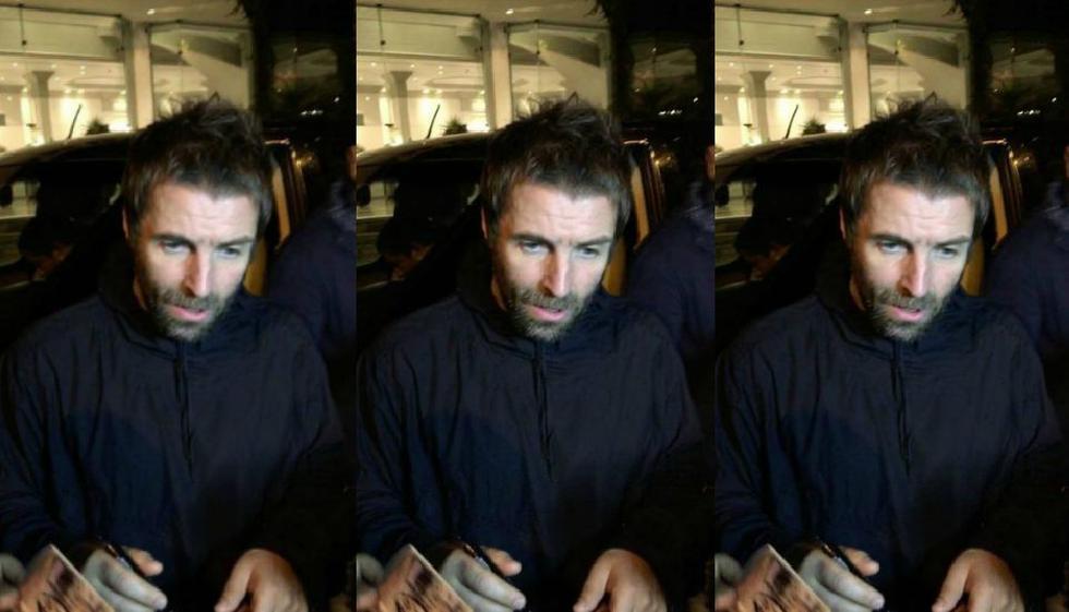 Liam Gallagher se acercó hoy a sus seguidores para firmarles autógrafos y fotografiarse con ellos a las afueras del Hotel Miraflores Park Plaza. (Foto: Raúl Aldana)