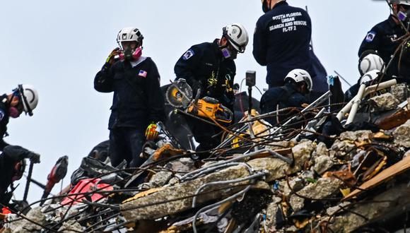 Archivo. Los equipos de rescate trabajan en el edificio de condominios Champlain Towers South de 12 pisos parcialmente derrumbado en Surfside, Florida. (Foto de CHANDAN KHANNA / AFP).