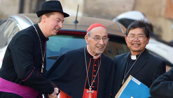 El falso obispo Ralph Napierski (izquierda) saluda al cardenal Sergio Sebiastiana. (AFP)