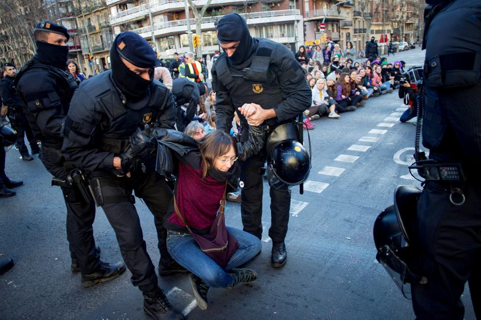 La huelga de 24 horas, en España, incluye manifestaciones y concentraciones para denunciar las discriminaciones laborales y salariales que sufren las mujeres. (Foto: EFE)