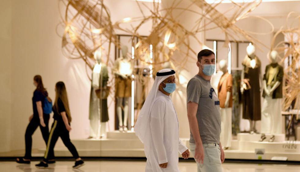 Uno de los mayores centros comerciales del mundo, el célebre y lujoso Dubai Mall de Emiratos Árabes Unidos, reabrió sus puertas el martes con estrictas medidas de seguridad impuestas debido a la pandemia de nuevo coronavirus. (Karim SAHIB / AFP).