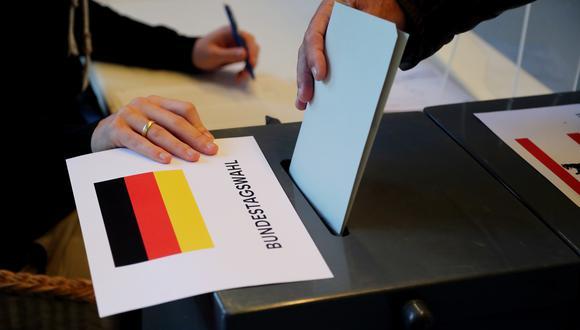 Un hombre vota en las elecciones generales alemanas en un colegio electoral en Berlín, Alemania, el 26 de septiembre de 2021. (Foto: EFE/EPA/FOCKE STRANGMANN)