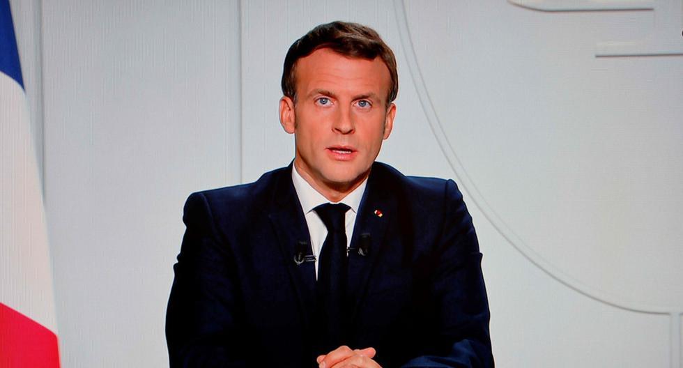 El presidente de Francia, Emmanuel Macron, es visto en una pantalla de televisión en París, el 28 de octubre de 2020. El mandatario anuncia medidas por el coronavirus. (AFP / Ludovic MARIN).