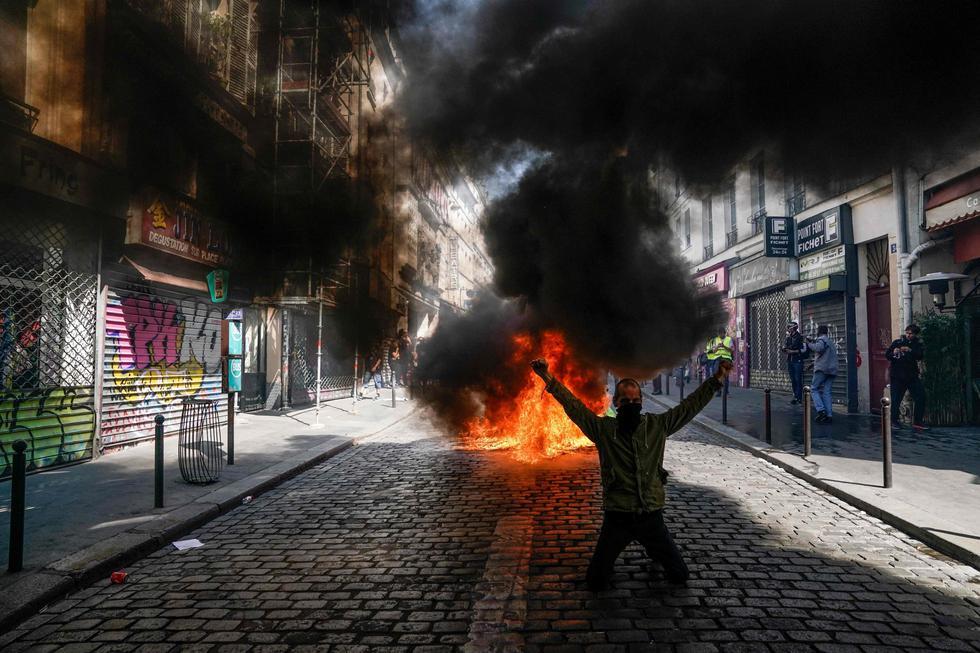 """París era escenario este sábado por la tarde de las primeras escaramuzas entre fuerzas de seguridad y manifestantes de los """"chalecos amarillos"""". (Foto: AFP)"""