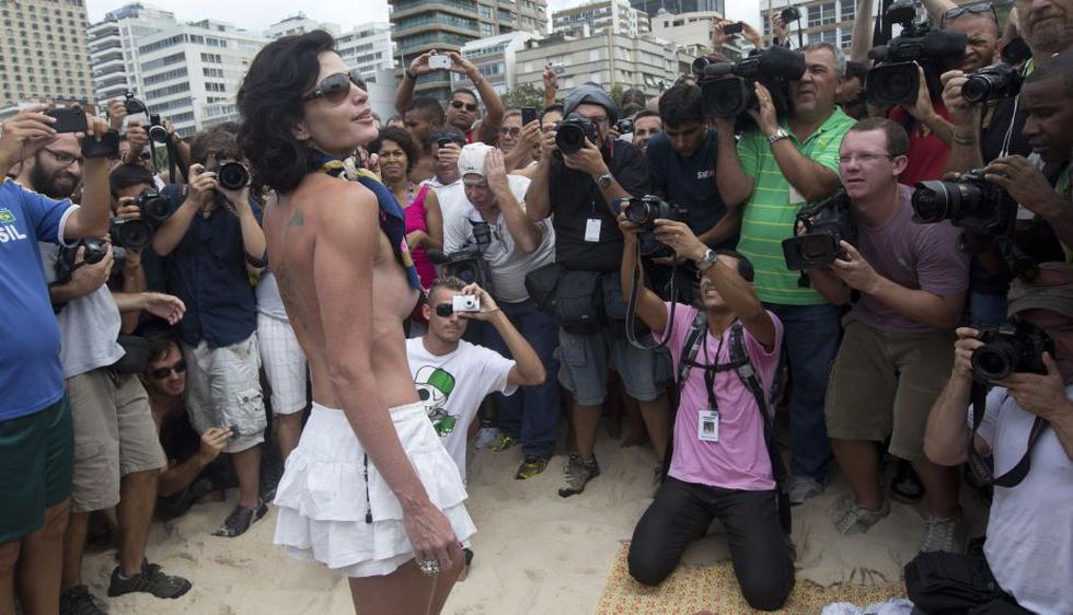 Un grupo de mujeres protestaron contra la ilegalidad de hacer topless en las playas de Brasil. (AP)