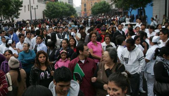 MASIVO. En el Centro de Lima, miles evacuaron los edificios. (Martín Pauca)
