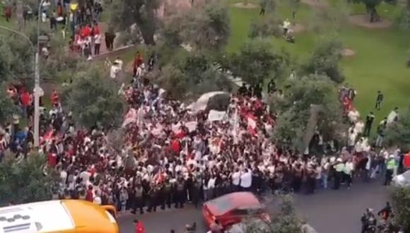 Universitario de Deportes recibió el apoyo de sus hinchas, con una banderazo. (Captura: Facebook)