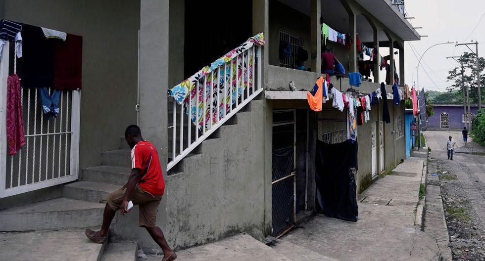 Entre casuchas y pequeños negocios se mezclan una sesión de pedicura al aire libre, venta de comida y un taller de soldadura.(Foto: AFP)