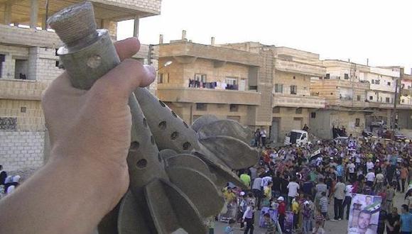 Opositores de Assad marchan en Daraa y muestran restos de explosivos. (Reuters)