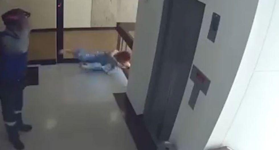 ¡De milagro! Madre salvó a su hija de caer de cabeza por un barandal en Colombia. (Captura)