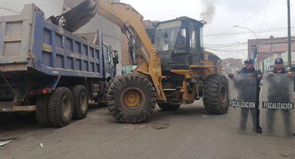 Trabajadores del Área de Servicios a la Ciudad, con la ayuda de un volquete y dos camiones, realizaron labores de limpieza y recojo de residuos sólidos. (Municipalidad de Lima)