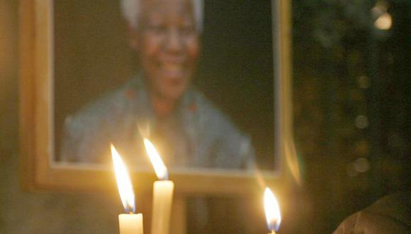 Rezan por él. Los sudafricanos elevan plegarias por Mandela. (Reuters)