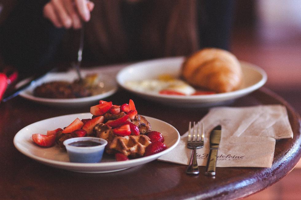 Les gros repas nous font sauter les suivants, et cela crée de l'anxiété pour celui qui vient après, nous faisant trop manger.  (Photo: Pexels)