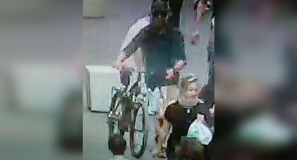 """En esta se ve a un hombre """"con un suéter oscuro de manga larga"""" y un """"pantalón corto claro"""" empujando una bicicleta negra.(Foto: AFP)"""