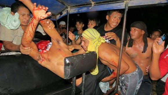 Jaime Inuma Huiñapi, el herido más grave, cuando es evacuado al hospital de Yurimaguas. (Diario Voces)