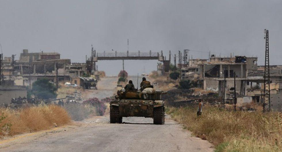 Un tanque que pertenece a las fuerzas del régimen sirio en una carretera que conduce a la ciudad de Jalamah en la gobernación de Hama. (Foto: AFP)