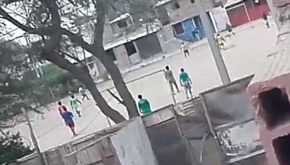 Piura: Vecinos graban a 12 hombres jugando fútbol durante toque de queda por COVID-19. (Foto: captura de pantalla)