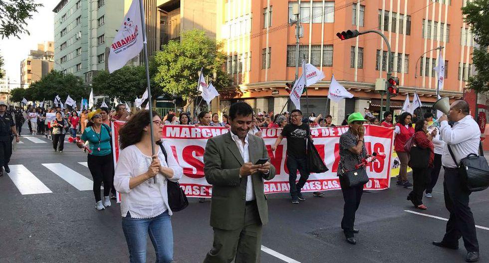 Desde las 5:00 p.m. los integrantes de estos sindicatos iniciaron esta movilización desde la Plaza Dos de Mayo.(Foto: Ronny Isla/ GEC)