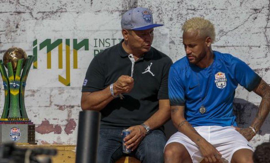 Neymar y su padre dialogan durante el último evento del Instituto Proyecto Neymar Jr. en Praia Grande, donde se grabó la entrevista para 'Aquí en la banda' de UOL. (Foto: AFP)