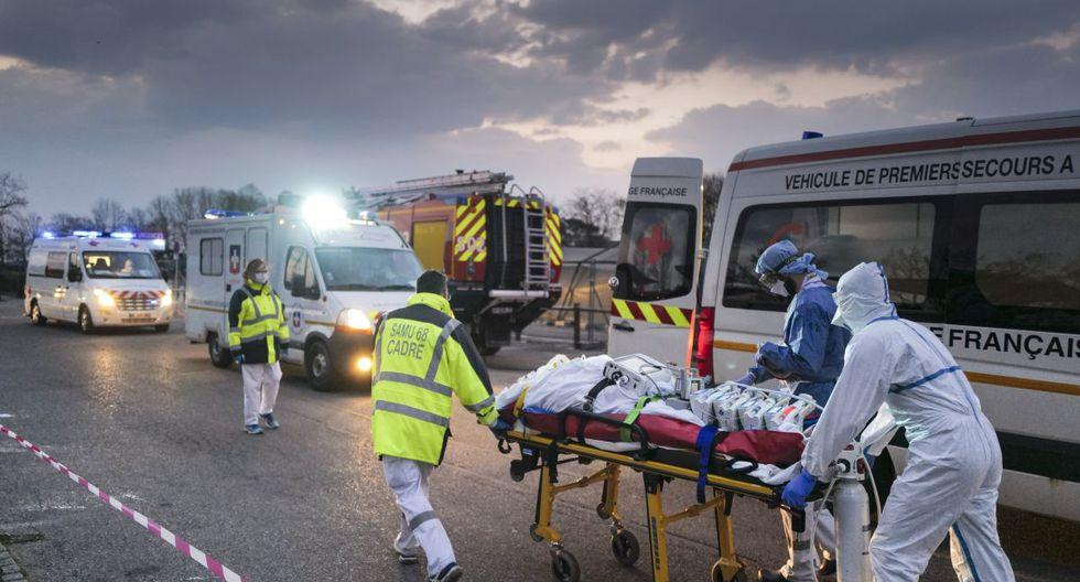 El personal médico de emergencia transporta a un paciente afectado con coronavirus desde un hospital militar a una ambulancia antes de ser transportado a bordo de un TGV (tren de alta velocidad) medicalizado para ser evacuado hacia hospitales de otras regiones francesas. (Foto: AFP/Sebastien Bozon)