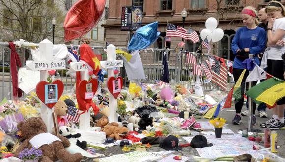 Centenares de personas dejaron flores y osos de peluche en recuerdo de las tres víctimas de las explosiones en Boston. (EFE)