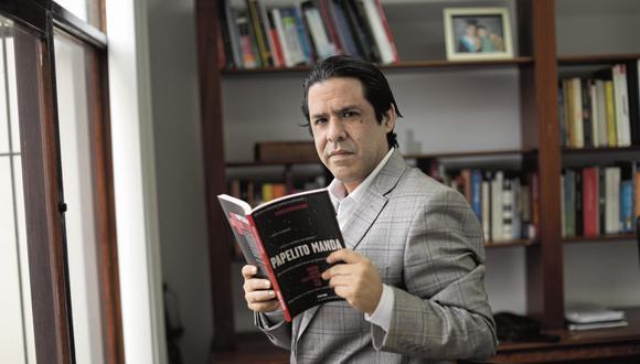 """lima, Martes 29 de setiembre del 2020Retratos al abogado y escritor Eduardo Herrera, quien acaba de publicar el libro """"Papelito manda""""."""