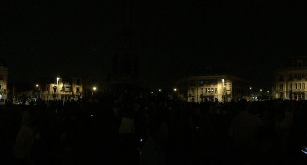 Así lucía la Plaaza Dos de Mayo a la llegada de los manifestantes. (@luisramosdelc)