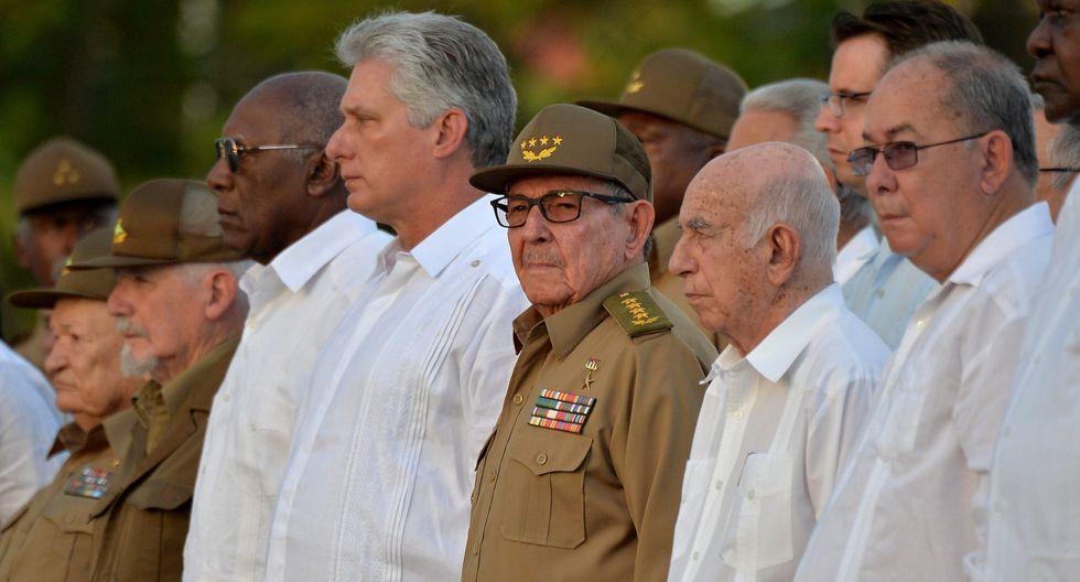 El líder del Partido Comunista de Cuba, Raúl Castro, y el presidente Miguel Díaz-Canel, participan en la celebración del 60 aniversario de la revolución cubana en el cementerio de Santa Ifigenia en Santiago de Cuba. (Foto: Reuters)