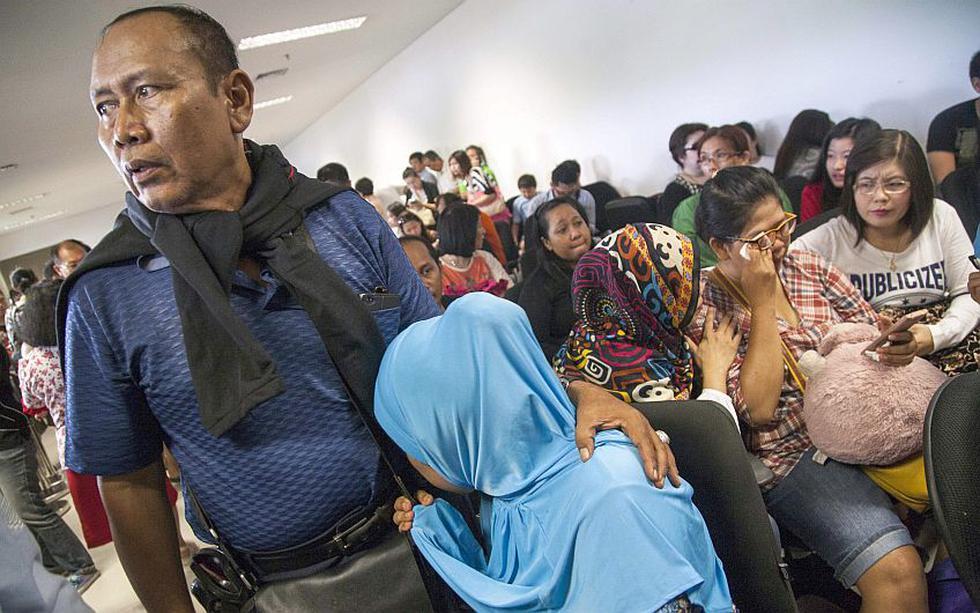 Air Asia: Familiares de los pasajeros desaparecidos esperan noticias de sus seres queridos. (EFE)