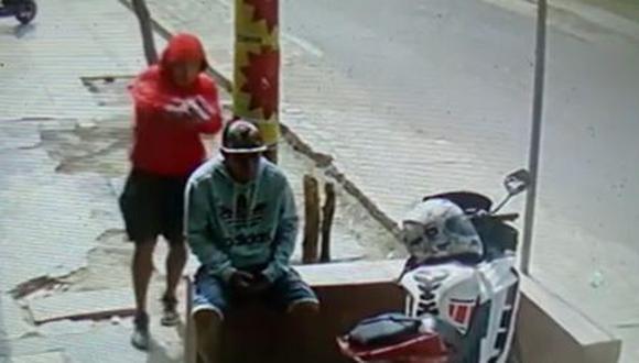 A víctima le dispararon cuatro tiros por la espalda. (Captura de video)