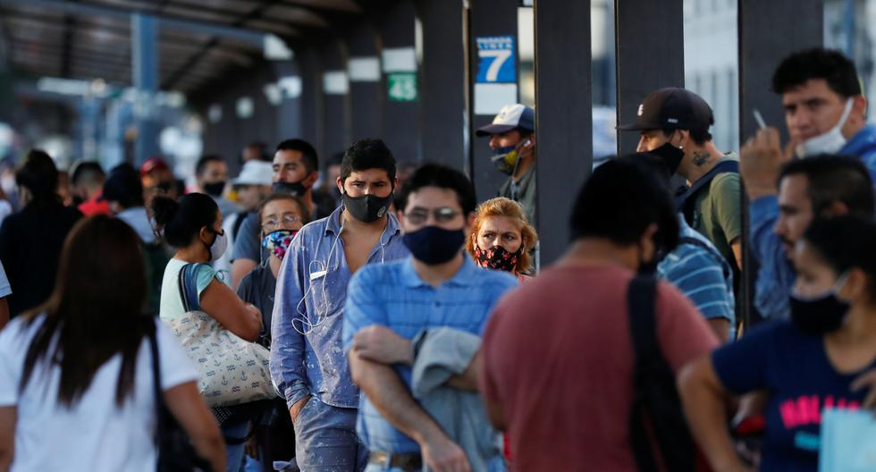 Ciudadanos haciendo largas colas en Argentina. (Foto: Reuters)