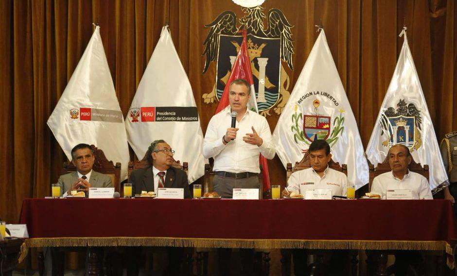 Del Solar está acompañado del presidente del Poder Judicial, el ministro del Interior, entre otras altas autoridades. (PCM)