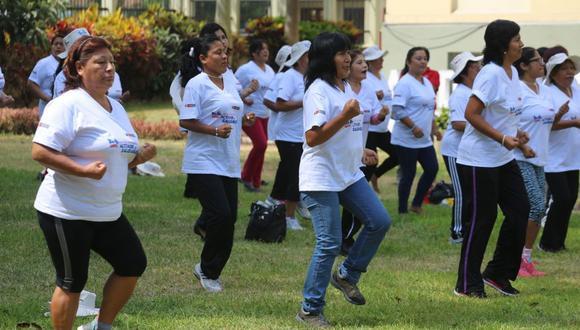 Realizar ejercicios aeróbicos al aire libre, como baile, caminatas, natación o ciclismo, ayuda al organismo. (GEC)