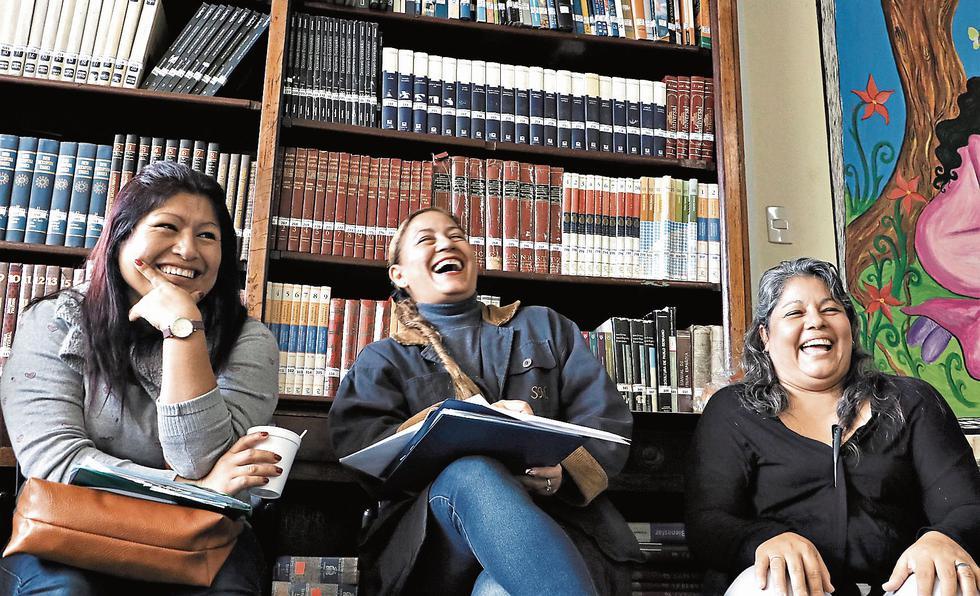LA CÁRCEL TE ENSEÑA. Taller de relatos dirigido por la autora de esta crónica en la biblioteca Manuel Scorza del penal. (Esther Vargas)