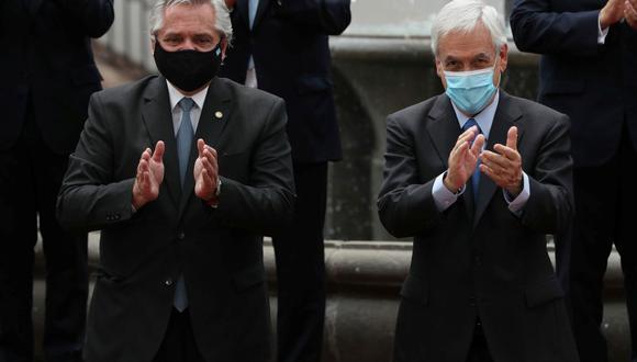El presidente de Chile, Sebastián Piñera, y el presidente de Argentina, Alberto Fernández, reaccionan luego de firmar un acuerdo en la casa de gobierno en Santiago, Chile, el 26 de enero de 2021. (REUTERS/Ivan Alvarado).