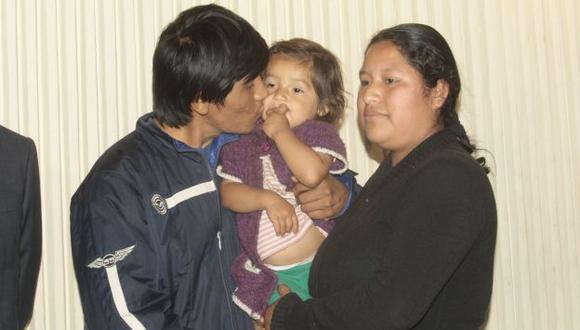 FINAL FELIZ. La pequeña se reencontró con su madre después de 15 días en cautiverio. (Andrés Cuya/USI)