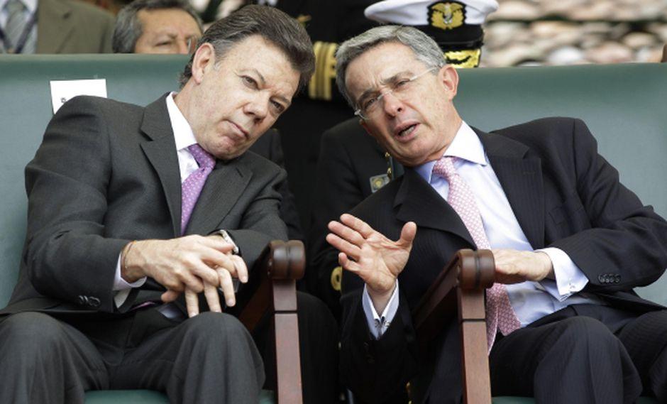 Disputa de Santos y Uribe en Twitter durante la posesión de Bachelet en Chile. (AP)