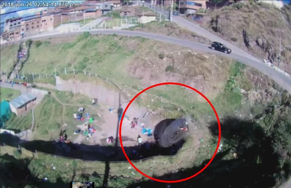 Cusco: Auto cae por un abismo y casi aplasta a una docena de personas. (Canal N)